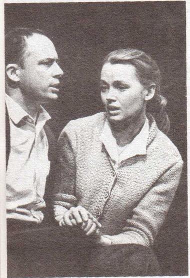 Е. Попова (Лаура) и А. Толубеев (Том). «Стеклянный зверинец». Фото Б. Стукалова