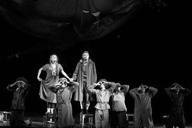 Сцена изспектакля «ИграемЧонкина». Театрдрамыикомедии налевом берегу Днепра (Киев). Фотоизархивафестиваля