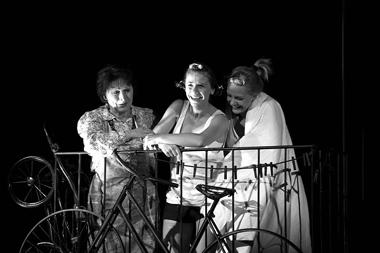 Л.Головатая (Мать), Л.Саванкова (Александра), Т.Егорушкина (Любовь). «Фантазии Фарятьева». Русскийтеатр(Таллинн). Фотоизархивафестиваля