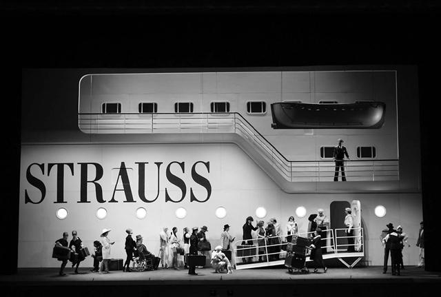 Сцена изспектакля. Фото Д.Юсупова