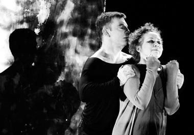 И.Гниденко (Шарль), И.Несмеянова (Мать). «Западная пристань», «Тильзит-театр» (Советск). Фото Д. Пичугиной