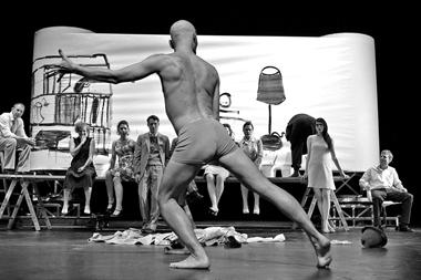 Сцены из спектакля. Фото В. Луповского