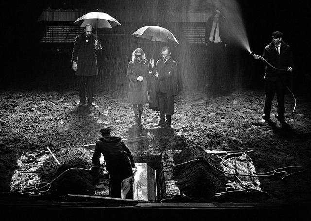 Сцена изспектакля «Гамлет». Фото В. Луповского