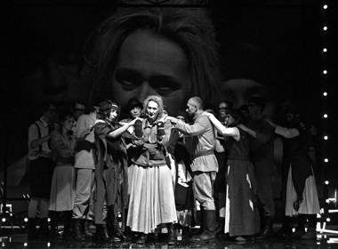 Сцена изспектакля «Мамаша Кураж иеедети». Фото В. Сотникова