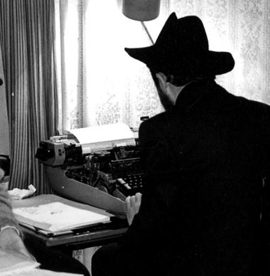 Л.Попов изображает К.Гинкаса вего шляпе нафестивале Гинкаса в1991году. Фото изархива М.Дмитревской