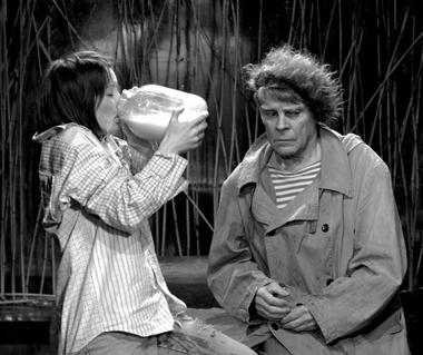 Е.Рябова (Девушка), В.Шубин (Дядя Ваня). «Таня-Таня». Фото изархива театра