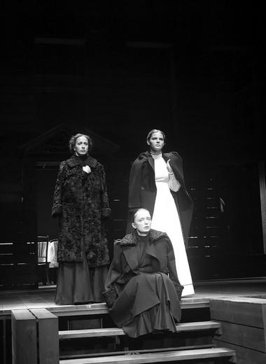 Е.Калинина (Маша), И.Тычинина (Ольга), Е.Боярская(Ирина). Фото В.Васильева