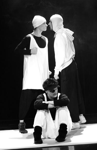 М.Касапов (Третий пингвин), Е.Шумейко (Первыйпингвин), Н.Куглянт (ВторойПингвин). ФотоД.Пичугиной