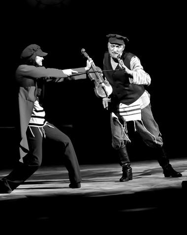 М.Стрельченко (Скрипач), В.Яковлев (Тевье-молочник). «Скрипач накрыше». Иркутский музыкальный театр. Фото И. Сирохина