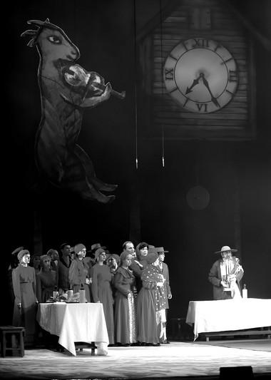 Сцена изспектакля «Скрипач накрыше». Иркутский музыкальный театр. Фото И. Сирохина