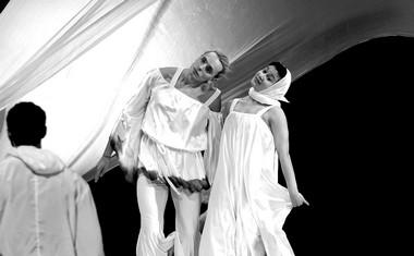 Сцены изспектакля «Белая иллюзия». Фото А. Богодист