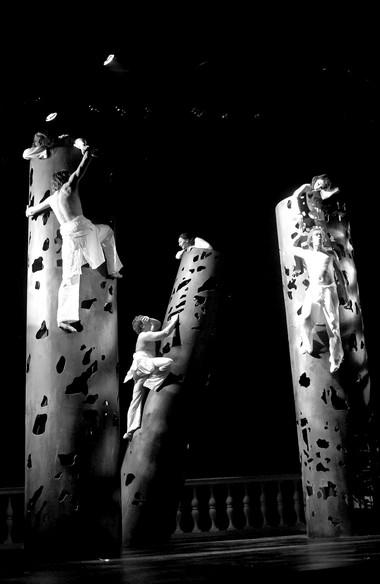 Сцена изспектакля «Бесплодные усилия любви». Фото изархива театра