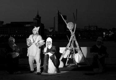 Сцена изспектакля «Хлеб исобака». Зеленый театр (Бишкек). Фото И. Каримова