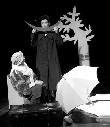 М.Шилова, О. Агапова вспектакле «Привет, Рэй!». Фото изархива фестиваля