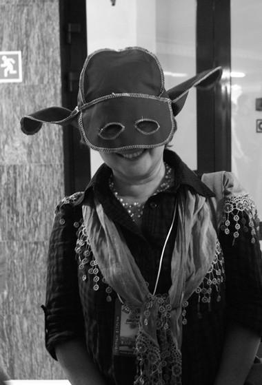 Такие шапки сханты-мансийскими мотивами сшили вмастерских театра для участников. Фото Л. Архипова