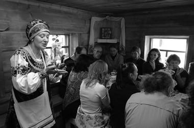 О.Россохацкая ичаепитие вМузее русского быта. Фото изархива фестиваля