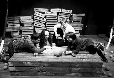 Сцена изспектакля «Урожай». Городской театр (Нижневартовск). Фото В. Зайчикова