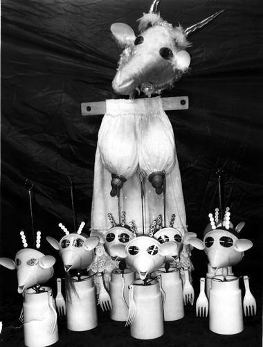 Куклы изспектакля «Волк исемеро козлят».  Фото изархива В.Мазураса