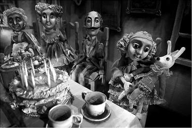 Сцены из спектакля. Фото А. Гольянова