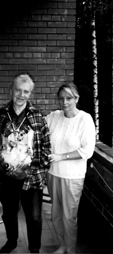 Н.Крымова, М. Коржель надаче вКрасновидово. Фото изархива автора