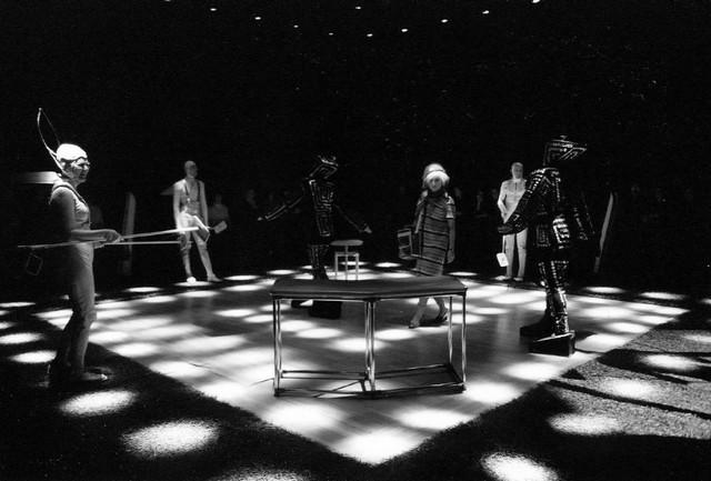 Сценаизспектакля «Ивонна, принцессаБургундская». ФотоБ.Волкова изархива Новосибирского театра «Красныйфакел»