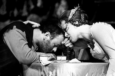 А.Равикович (Аздак). «Кавказский меловой круг». Театр им. Ленсовета.1974.  Фото Н. Аловерт