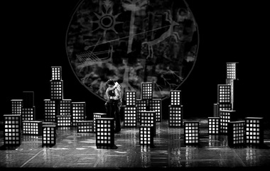 «Земля моя кружится, иякружусь...». Сцены изспектакля. Фото изархива фестиваля