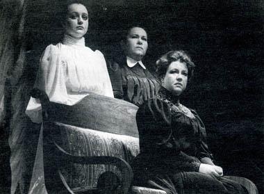 М.Шитова (Ирина), Н.Усатова (Ольга) иО.Самошина (Маша). Фото В. Васильева