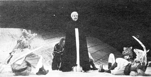 Сцена изспектакля «Как вам это понравится».  Вцентре— И. Тихоненко (Герцог). Театр «Балтийский дом».  Фото В. Дюжаева