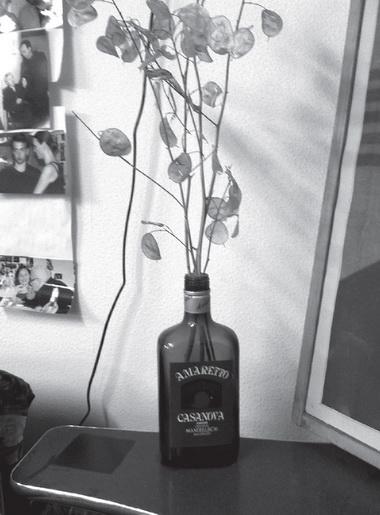 Вредакции досих пор стоит бутылка из-под «Amaretto», памятник эпохе 1990-х