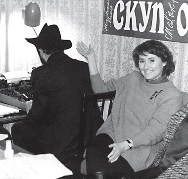 Нафестивале спектаклей К.Гинкаса Л. Попов изображает Гинкаса, надев его шляпу. Идет производство бюллетеня «Кама-сутра». Фото изархива редакции