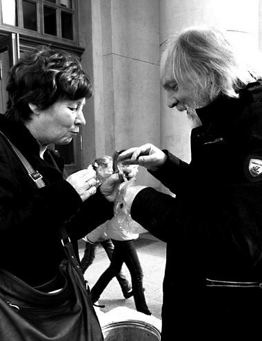 «Золотая репка»-2012. Т. Тихоновец и О. Лоевский поедают воблу у Театра оперы и балета. Фото М. Дмитревской