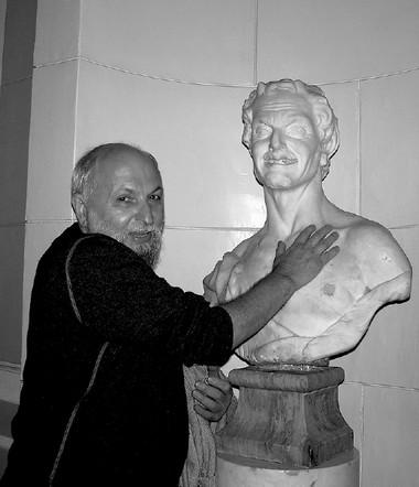 К.Гинкас обнимает бюст сатира  ввестибюле СПбГАТИ.  Фото М. Дмитревской