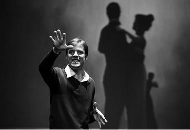 А.Яковлев (Первый мужчина). «Иллюзии».  Фото изархива театра