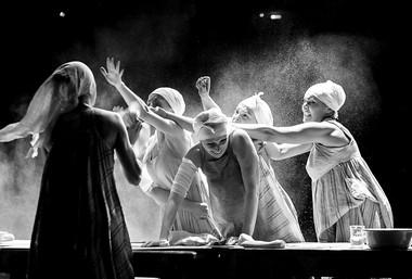 Сцена изспектакля.  Фото Т. Кучариной