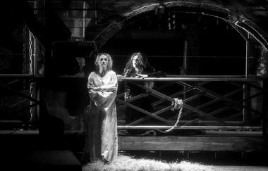 О.Волкова (Любка), Е.Головлева (Ирина). «Седая легенда».  Фото М. Нестерова