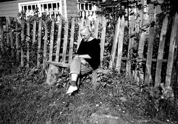 Н.Крымова вЩелыково возле своей избы. 1996г. Фото изархива автора