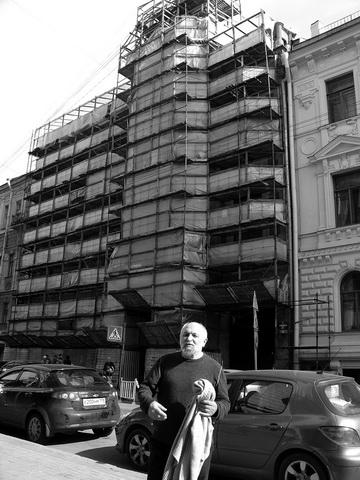 К.Гинкас около бывшего ЛГИТМиКа наМоховой. Фото М. Дмитревской
