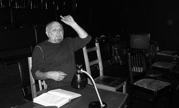 К.Гинкас зарежиссерским столиком ваудитории. Какбы наместе Товстоногова. Фото М. Дмитревской