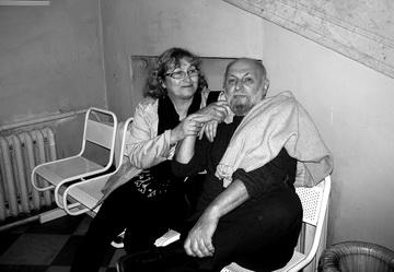 Наскамейке под лестницей. К.Гинкас иподсевшая кнему И.Ласкари. Фото М. Дмитревской