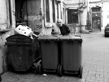 К.Гинкас водворе редакции. Моховая, 30. Фото М. Дмитревской