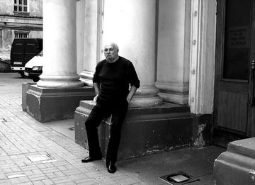 К.Гинкас увхода вТеатр наЛитейном. Фото М. Дмитревской