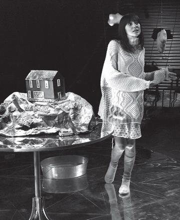 А.Шмидская (Женщина). Театр «Особняк». Фото Т. Маркович
