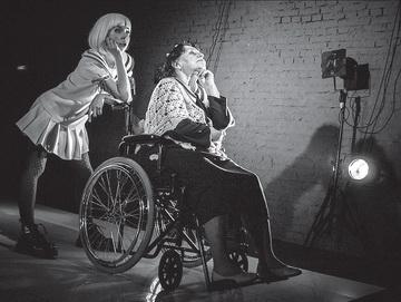 К.Данилова (Девочка), М.Софронова (Бабушка). Театр-Театр. Фото И. Козлова