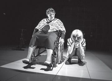 М.Софронова (Бабушка), К.Данилова (Девочка). Театр-Театр. Фото И. Козлова