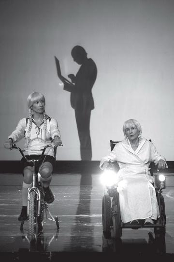 А.Поплавска (Девочка), Д.Шавларска (Бабушка). Театр «TR». Фото Д. Пичугиной