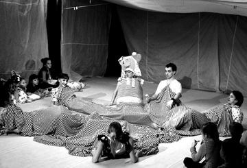 Сцена изспектакля «Счастливый Ганс». Хабаровский ТЮЗ. Фото О. Полонниковой