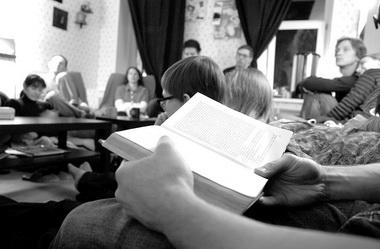 Свободные чтения «ВСЛУХ» вквартирнике «Холостёжь». Читаем Николая Лескова. Фото Г. Голиковой