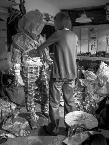 Каждого Чучу художник Елизавета Дзуцева лепила, представляя себе кого-то изпациентов. Некоторые пациенты себя вЧучах узнавали. Реагировали по-разному. Художник спектакля Елизавета Дзуцева лепит Чучу. Фото А. Белфорт