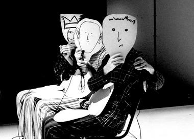 Маски, нарисованные пациентами, художник Елизавета Дзуцева перенесла напластик. Вспектакле всцене «самолета» актеры прикладывают ихклицу, чтобы обозначить эмоции: радость, интерес, стыд, страх... Фото В. Ледневой